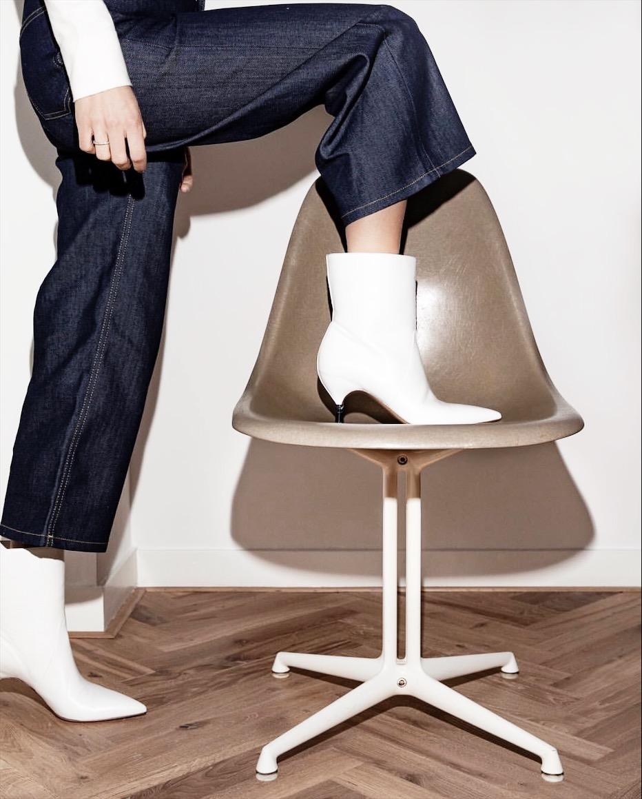Linda Tol | Eames fiberglass chair | La fonda